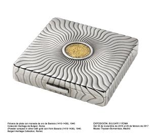 Polvera de plata con moneda de oro de Baviera (1410-1436), 1940. Colección Heritage de Bulgari, Roma.